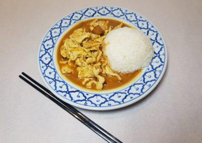 Poulet au curry jaune malaisien avec riz